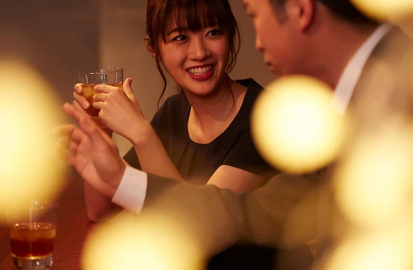 若い女性とお酒を楽しむ既婚男性