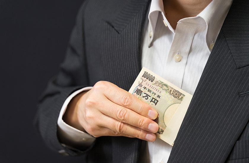 会社のお金を横領する男性