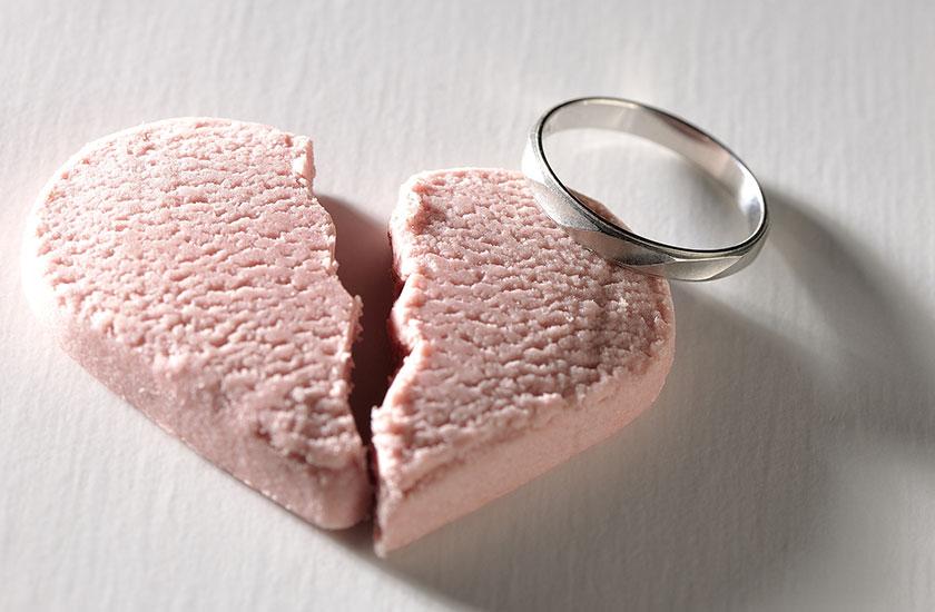 割れたハートと結婚指輪