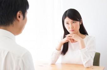 パートナーの浮気を疑う女性