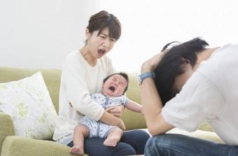 赤ちゃんを抱きながら夫の浮気を責める妻