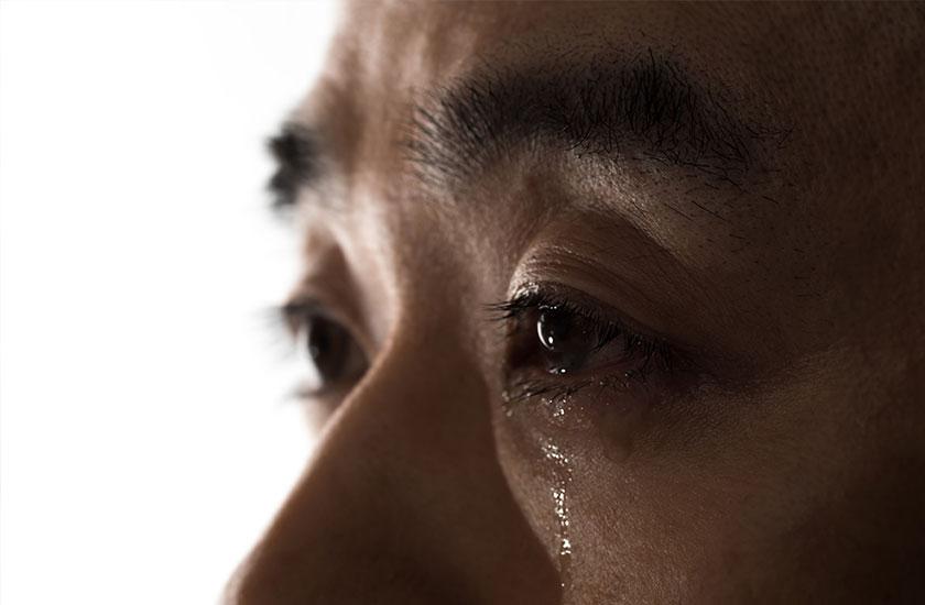 不倫した罰を受け涙する男性