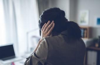 パートナーの不倫を知りパニックに陥る女性