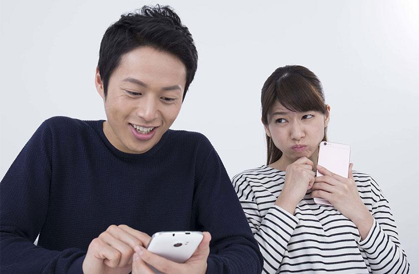夫の浮気を疑う既婚女性