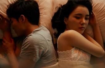 ベットで一緒に寝る夫婦