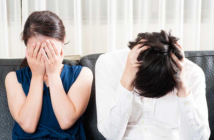 夫の浮気が発覚し悲しむ妻と後悔する夫
