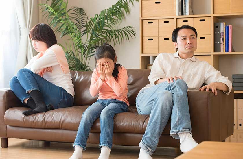 夫の不倫にショックを受ける家族