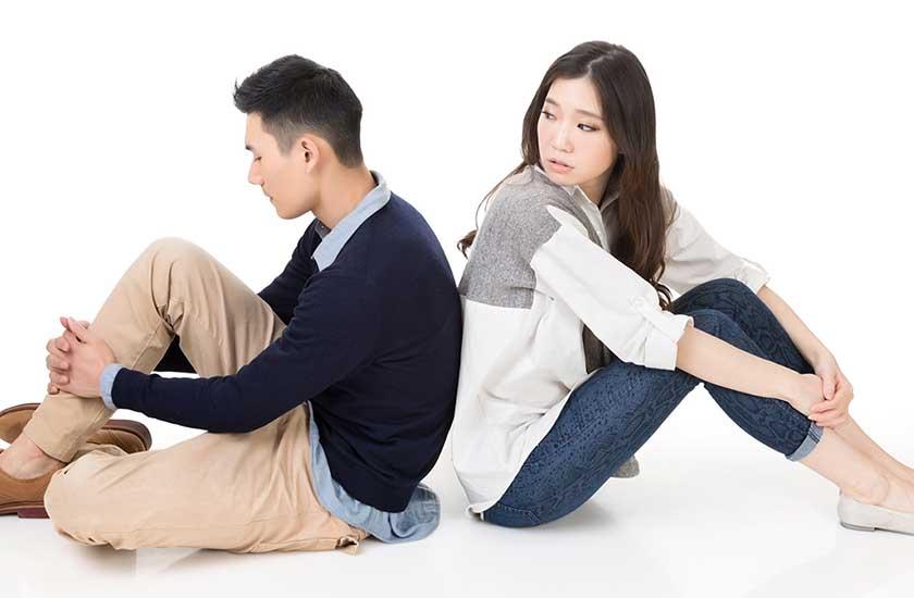パートナーの浮気を疑う男女