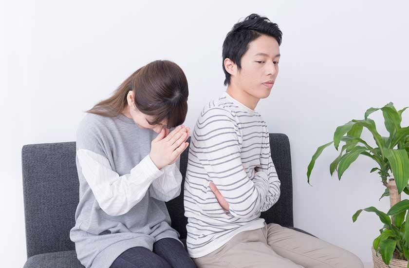 浮気を謝罪する妻とその夫