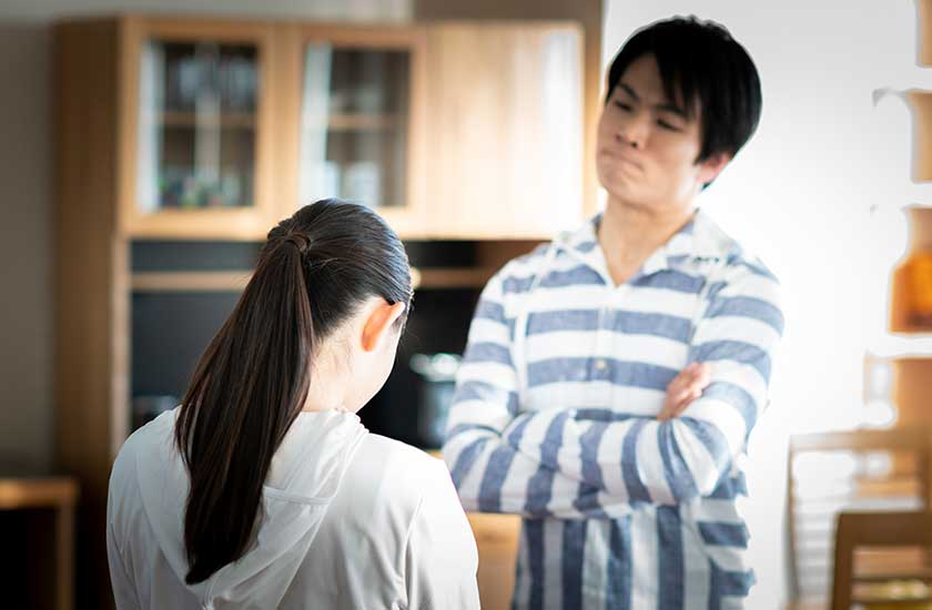 妻の浮気を疑う夫
