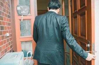 朝帰りするスーツ姿の男性