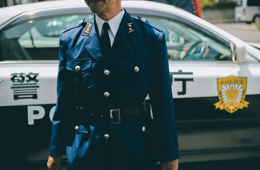 警察官とパトカー