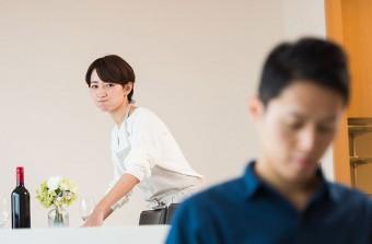夫の背中を睨み付ける妻