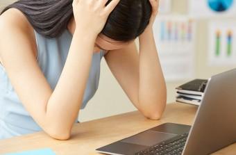 浮気調査の失敗に頭を抱える女性