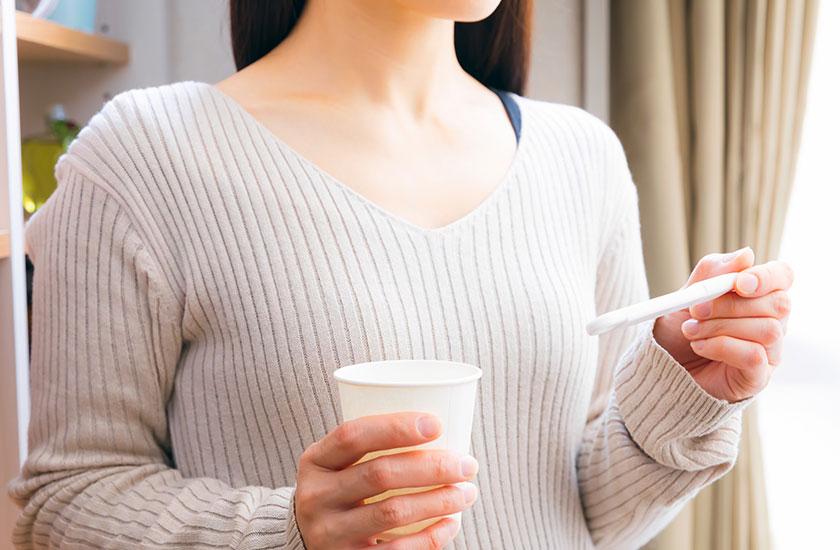 検査薬で排卵日を調べる女性