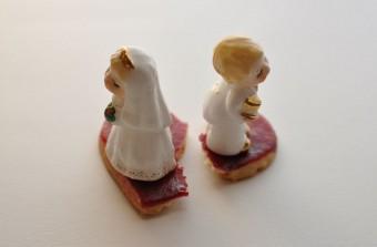 割れたハートと新郎新婦の人形