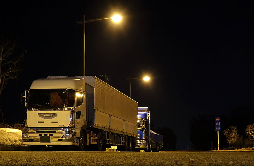 深夜休憩中のトラック
