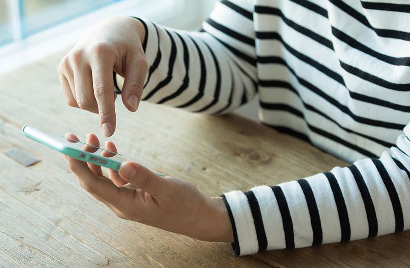 浮気調査アプリを使う女性