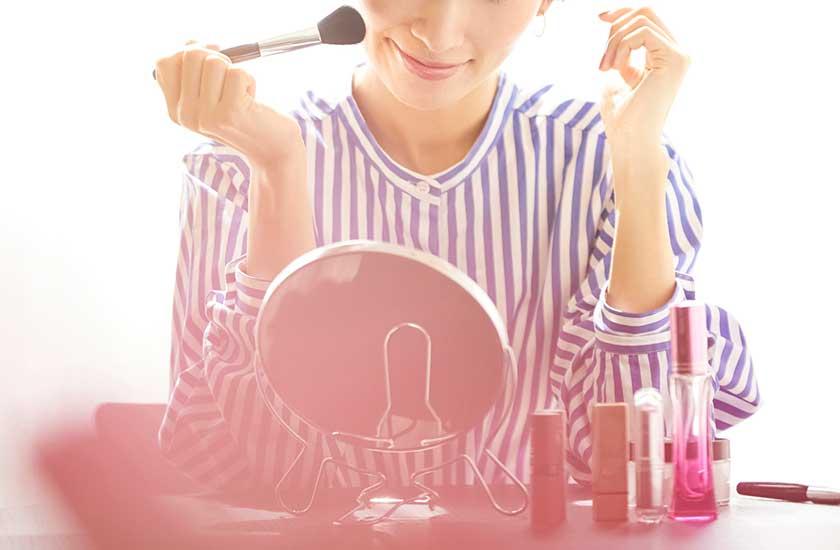 化粧する主婦
