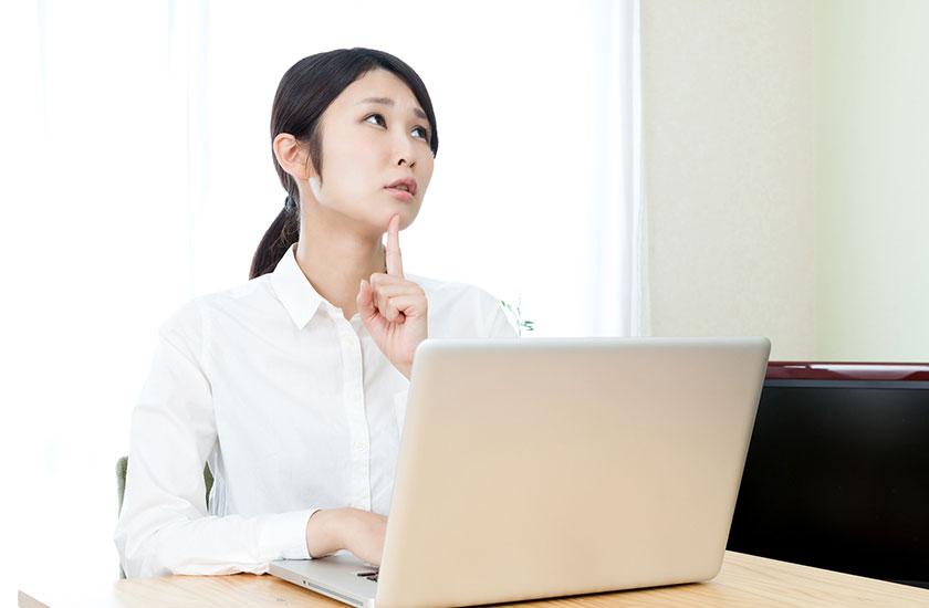 インターネットで探偵事務所の評判を確認する女性