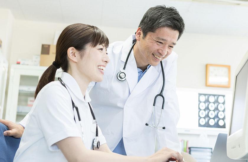 会話する医者と看護師