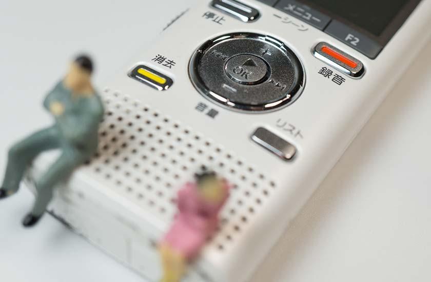 ボイスレコーダーと男女の人形