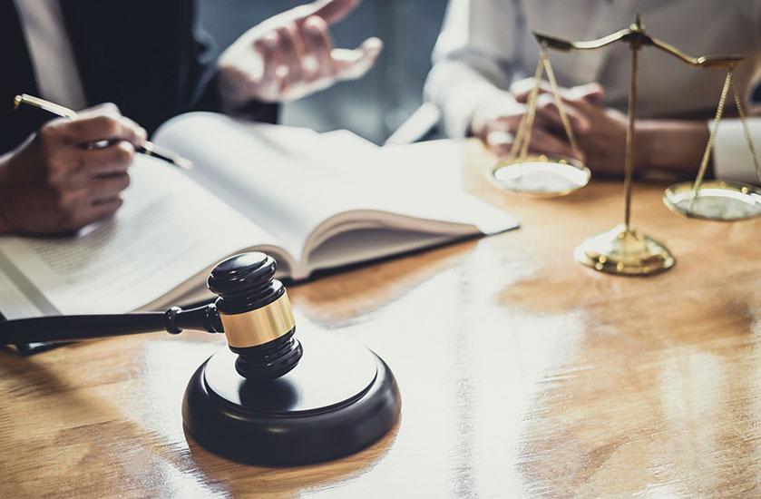 打ち合わせする弁護士