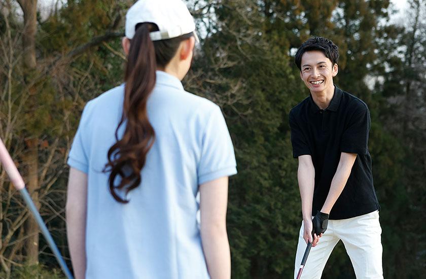 既婚男性とゴルフを楽しむゴルフ女子