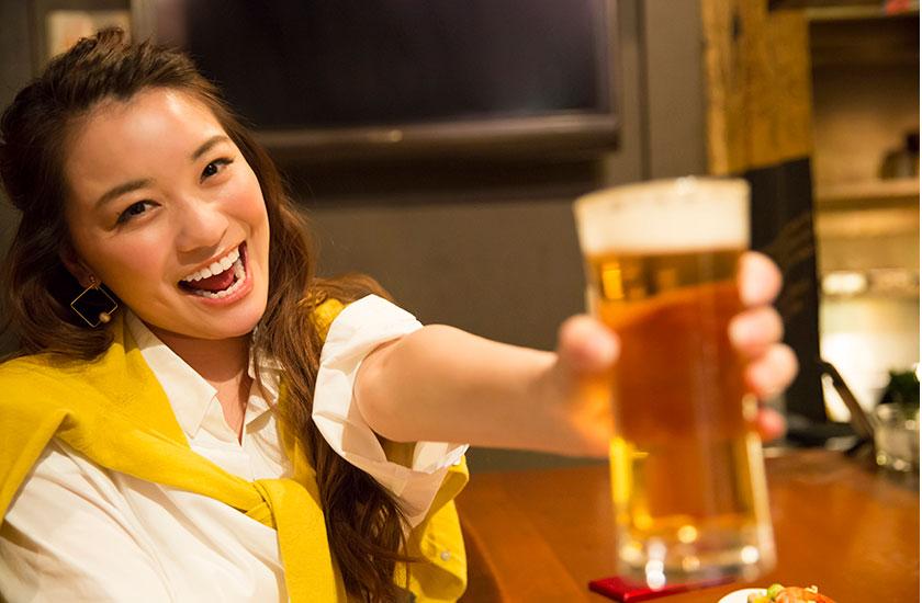 ビール片手にご機嫌な女性