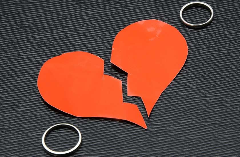 傷ついたハートと結婚指輪