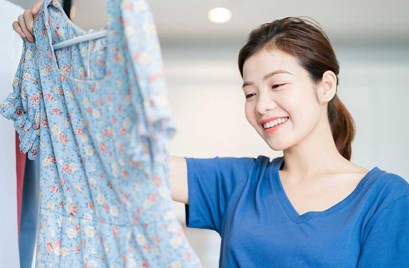 いつもと違う柄の洋服に興味を持つ女性