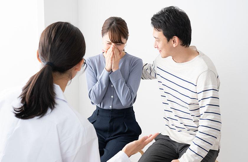 産婦人科医と不妊治療中の夫婦