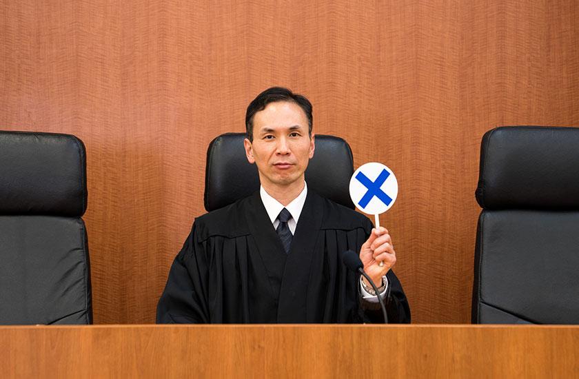 ペケマークを持った裁判官