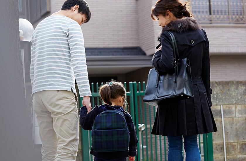 3人家族の後ろ姿