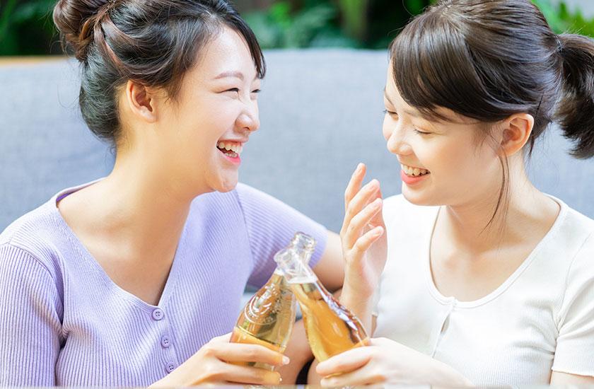 お酒を楽しむ2人の女性
