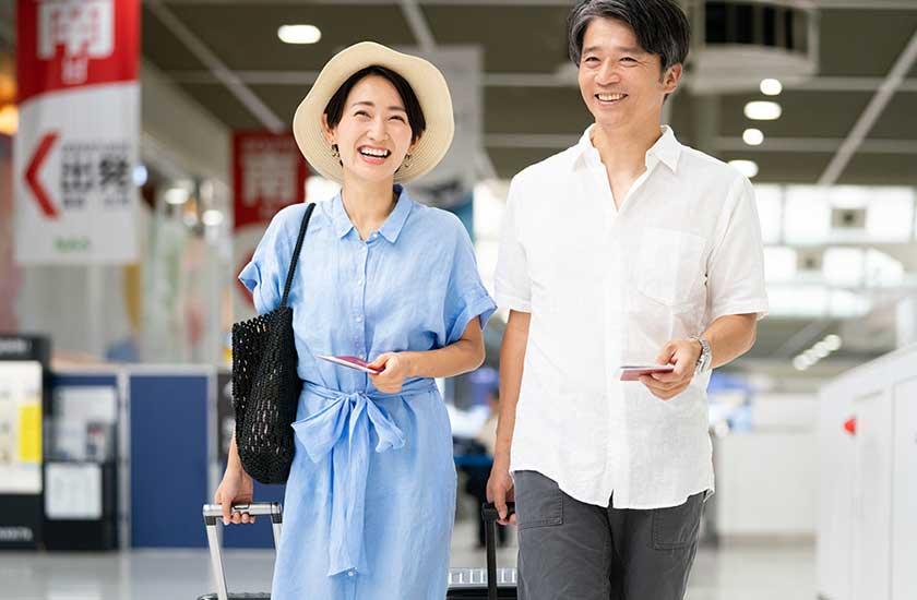 旅行を楽しむ夫婦