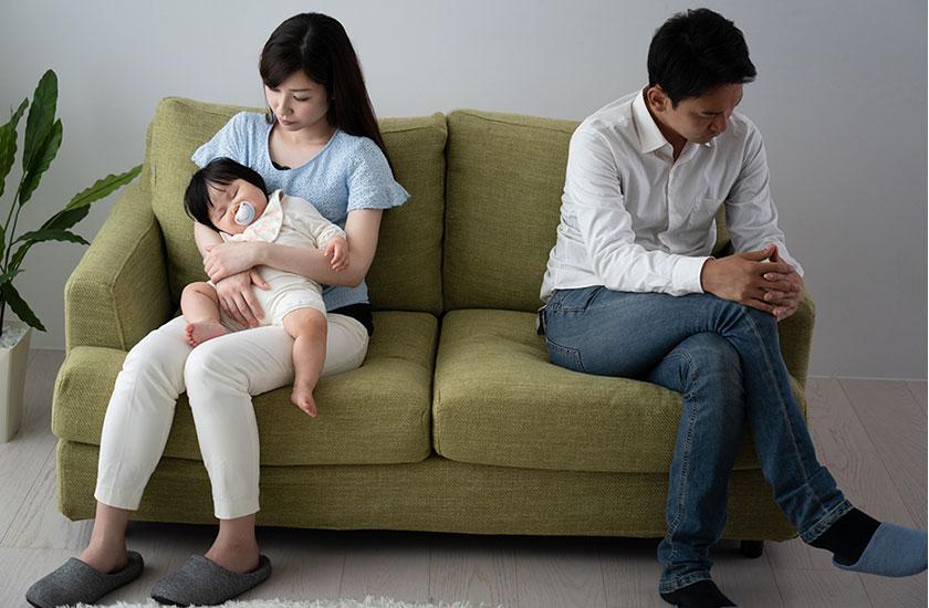 家庭内別居中の夫婦とその赤ちゃん