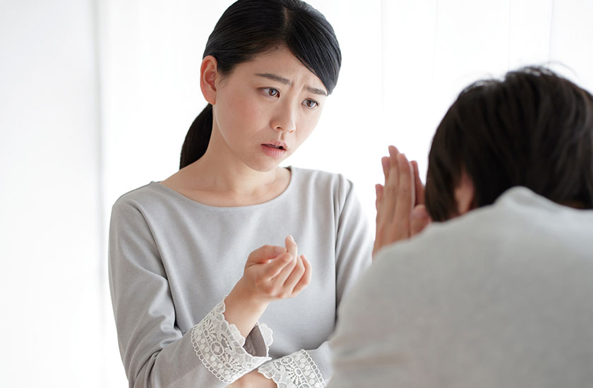 二度目の浮気は許さないと伝える女性と謝る男性