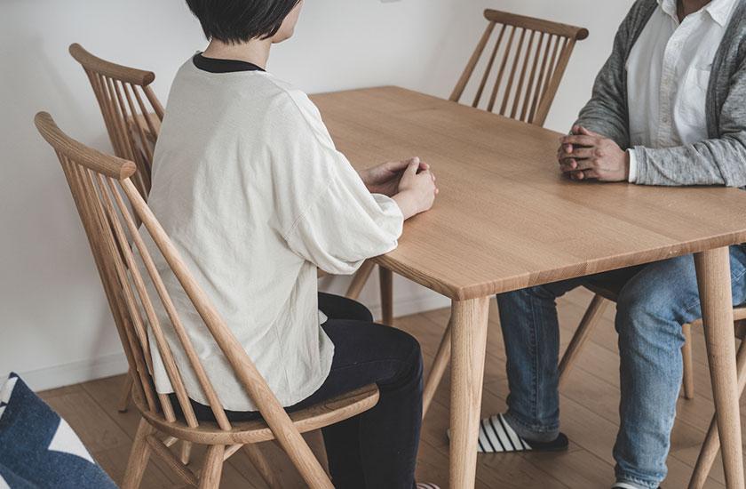 夫婦関係を継続するかについて話し合う夫婦