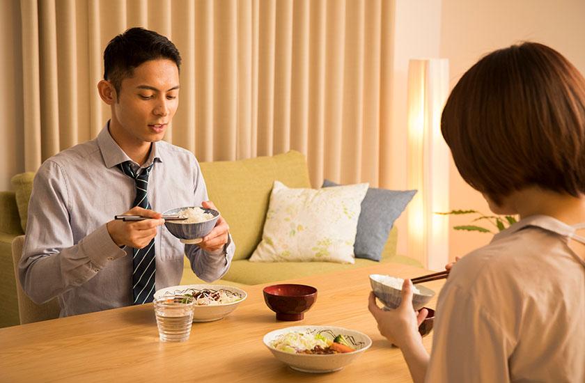 一緒に食事をとる夫婦