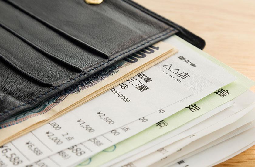 レシートがたくさん入った男性用の財布