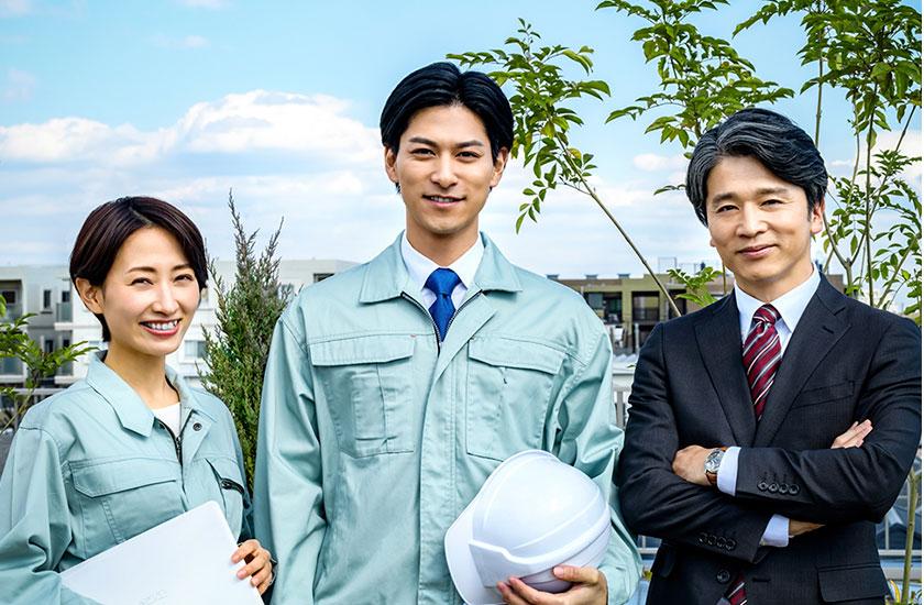 作業着姿の公務員とスーツ姿の公務員