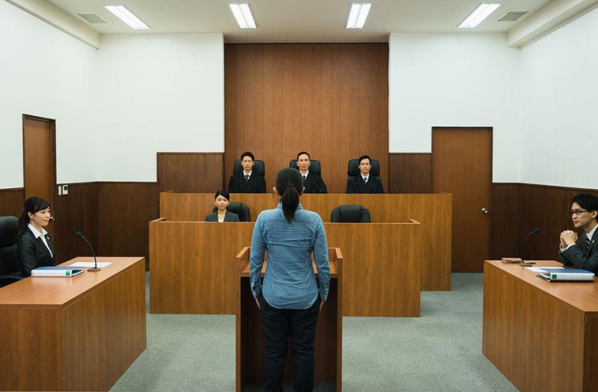 判決を受ける被告