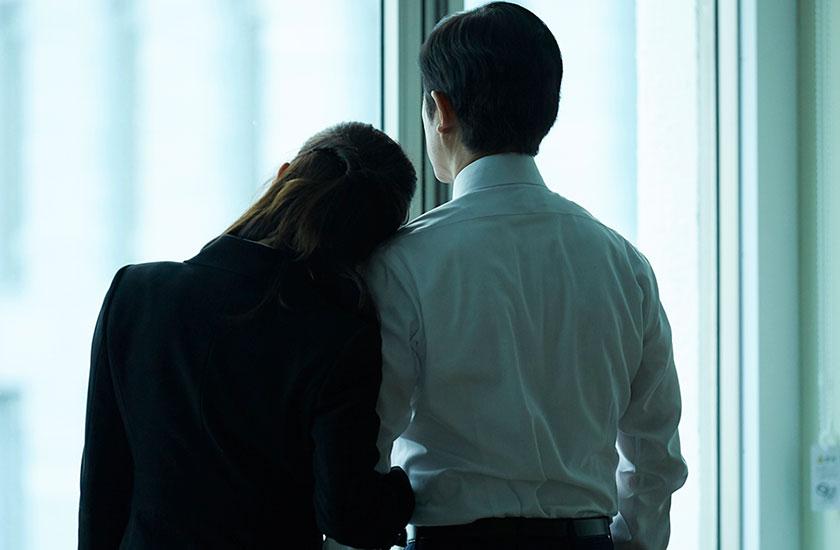 職場で不倫する男女