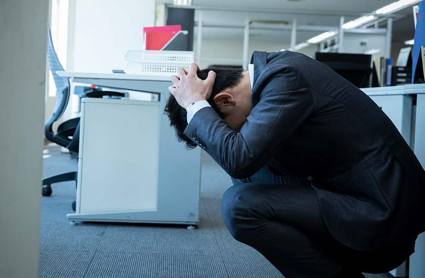 オフィスで現実逃避する男性
