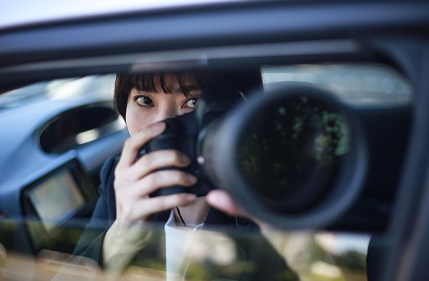 車内から浮気の証拠を撮る探偵