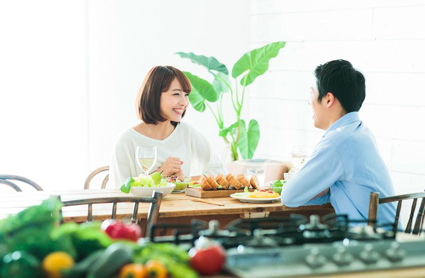 夫婦の時間を楽しむ夫と妻