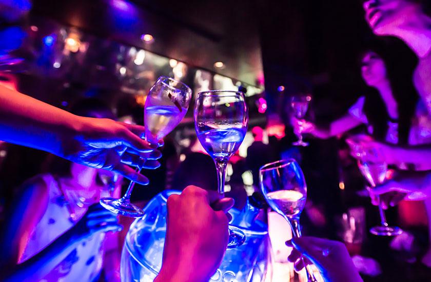 キャバクラで乾杯する男性