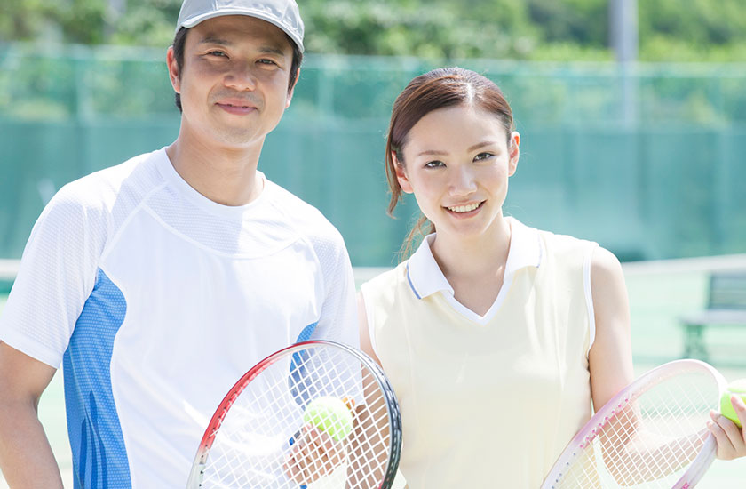 テニスコートの夫婦