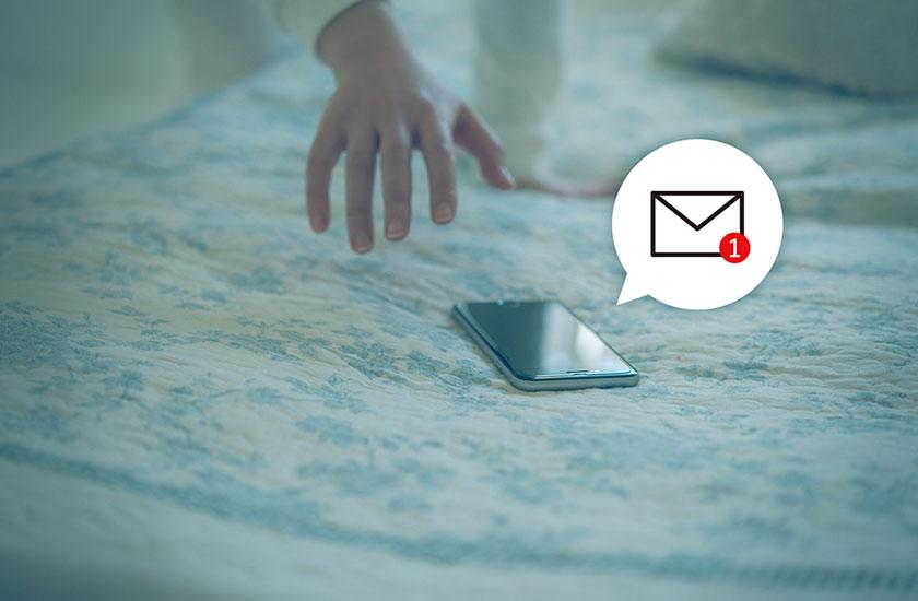 メールを受信したスマートフォン